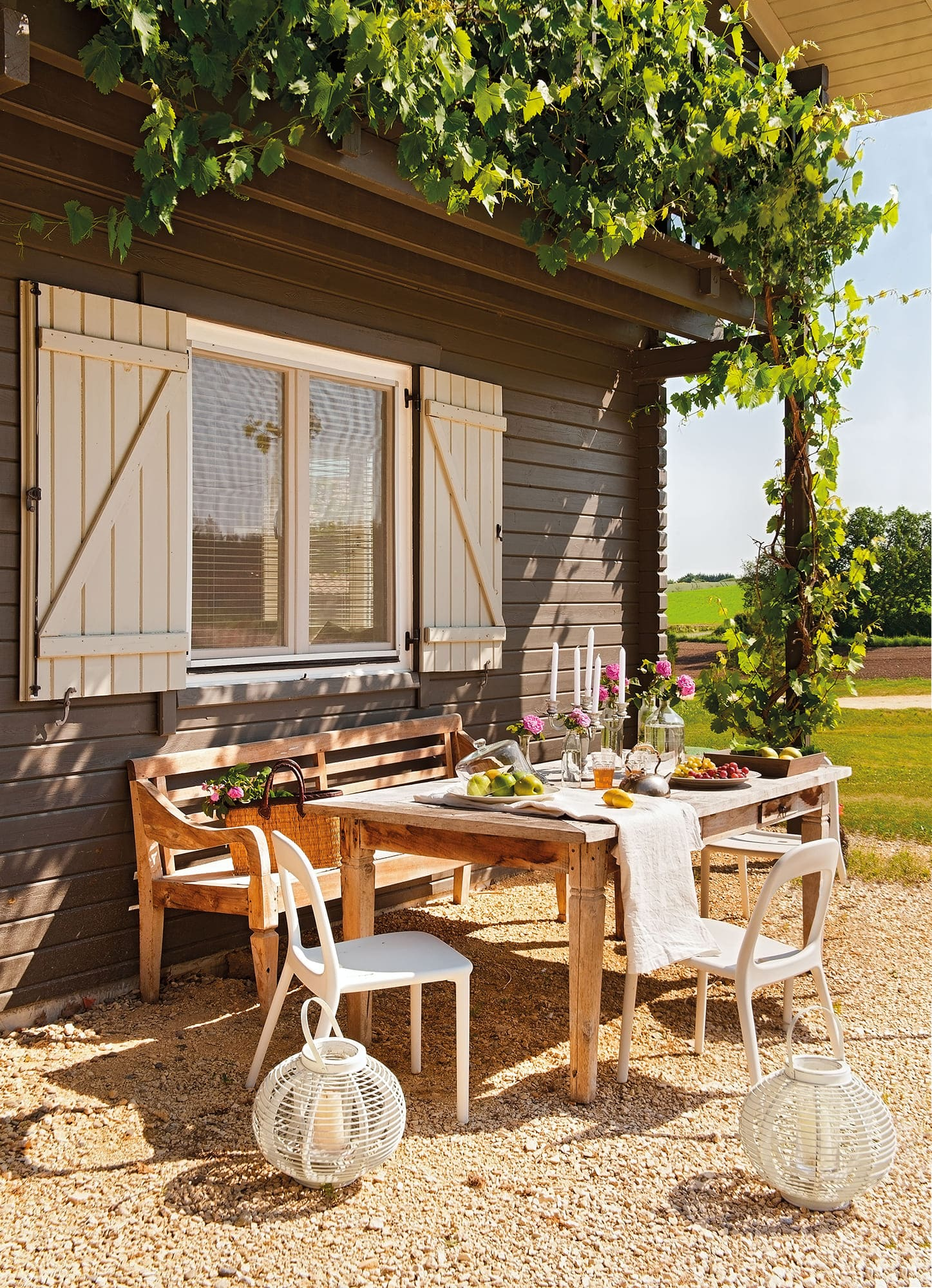 contraventana exterior de casa rustica con zona de comer