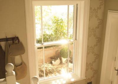 ventana de madera blanca